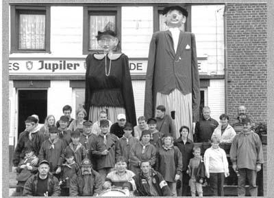 les géants de Mont-Sainte-Geneviève avec les membres du carnaval